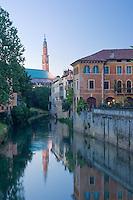 VICENZA, VEDUTA DEL CENTRO STORICO, LA BASILICA PALLADIANA (architetto Andrea Palladio 1549) E IL FIUME RETRONE AL CREPUSCOLO, VENETO, ITALIA