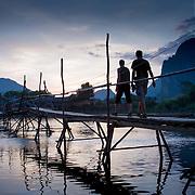 Bamboo walk bridge across the Nam Song river (Vang Vieng, Laos - Nov. 2008) (Image ID: 081121-1729401a)