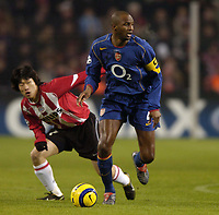 Fotball<br /> Foto: SBI/Digitalsport<br /> NORWAY ONLY<br /> <br /> UEFA Champions league.<br /> PSV Eindhoven v Arsenal<br /> 24/11/2004.<br /> <br /> Patrick Vieira braks away from Ji-Sung Park