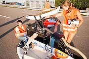 Robert Braam stapt uit de VeloX IV. In september wil het Human Power Team Delft en Amsterdam, dat bestaat uit studenten van de TU Delft en de VU Amsterdam, een poging doen het wereldrecord snelfietsen te verbreken, dat nu op 133,8 km/h staat tijdens de World Human Powered Speed Challenge.<br /> <br /> Robert Braam steps out of the VeloX IV. With the special recumbent bike the Human Power Team Delft and Amsterdam, consisting of students of the TU Delft and the VU Amsterdam, also wants to set a new world record cycling in September at the World Human Powered Speed Challenge. The current speed record is 133,8 km/h.