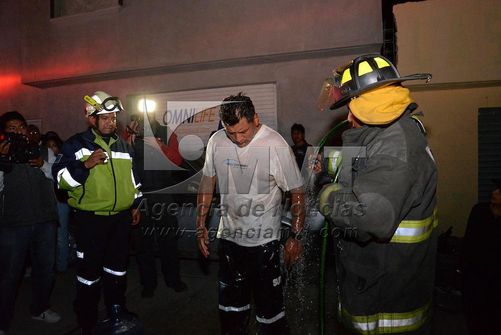 Toluca, México.- Dos hombres murieron ahogados y uno más sobrevivió al caer de un andamio mientras realizaban labores de limpieza en un pozo, al interior de una bodega, bomberos de Toluca, SUEM y elementos de Cruz Roja participaron en el rescate. Agencia MVT / Crisanta Espinosa