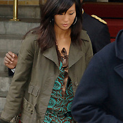 NLD/Amsterdam/20061005 - Nieuwe vriendin Lionel Richie verlaat het Amstel Hotel in Amsterdam