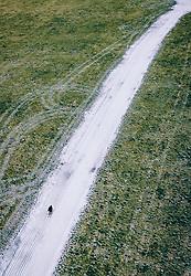 THEMENBILD - ein Langlaeufer auf einer Kunstschnee Langlauf Loipe in der grünen Landschaft, aufgenommen am 25. Dezember 2018 in Kaprun, Oesterreich // Cross-country skier on a artificial snow track in the green countryside, Kaprun, Austria on 2018/12/25. EXPA Pictures © 2018, PhotoCredit: EXPA/ JFK