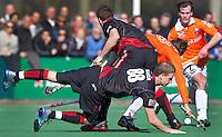BLOEMENDAAL - Amsterdam-international Billy Bakker gaat onderuit tegen Bloemendaal, zondag tijdens de competitiewedstrijd hockey bij de mannen tussen Bloemendaal en Amsterdam (3-1). Rechts Thomas Boerma van Bloemendaal.   COPYRIGHT KOEN SUYK