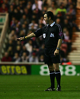 Fotball<br /> England 2004/2005<br /> Foto: SBI/Digitalsport<br /> NORWAY ONLY<br /> <br /> Middlesbrough v Fulham, Barclays Premiership, Riverside Stadium, Middlesbrough 19/04/2005.<br /> The referee, Mr Rob Styles, who is to take charge of the FA Cup Final between Manchester United and Arsenal, calms the two teams at Middlesbrough.
