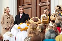 06 JAN 2012, BERLIN/GERMANY:<br /> Christian Wulff (2.v.L), Bundespraesident, und Bettina Wulff (L), Gattin des Bundespraesidenten, vor der Tuere des Schlosses, waehrend dem Sternsingerempfang der 54. Aktion Dreikoenigssingen 2012, Schloss Bellevue<br /> IMAGE: 20120106-01-018<br /> KEYWORDS: Sternsinger, Heilige drei Könige, Heilige drei Koenige, Dreikönigssingen, Ehefrau, Politikerfrau,
