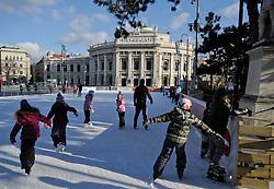 THEMENBILD - Wiener Eistraum, Eislaufen am Rathausplatz in Wien, das Bild wurde am 25. Jaenner 2012 aufgebommen, im Bild Feature Eislaeufer, im Hintergrund das Hofburgtheater, AUT, EXPA Pictures © 2012, PhotoCredit: EXPA/ M. Gruber