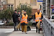 Italie, Bolzano, 8-3-2008..Twee stratenvegers van buitenlandse afkomst in het centrum van de stad. Bolzano, Bozen, is na de eerste wereldoorlog bij Italië gevoegd en is tweetalig. De bevolking is sterk gericht op Oostenrijk...Foto: Flip Franssen