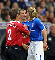 Fotball<br /> Premier League England<br /> 2004/2005<br /> 16.10.2004<br /> Foto: Colorsport/Digitalsport<br /> NORWAY ONLY<br /> <br /> Birmingham City v Manchester United<br /> <br /> Robbie Savage (Birm) and Roy Keane (Utd) square up to each other as Gary Neville tries to separate them.