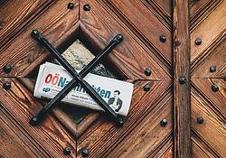 THEMENBILD - eine Tageszeitung steckt an einer Haustür aus Holz während der Corona Pandemie, aufgenommen am 17. April 2019 in Hallstatt, Österreich // a daily paper stuck on a wooden front door, during the Corona Pandemic in Hallstatt, Austria on 2020/04/17. EXPA Pictures ©️ 2020, PhotoCredit: EXPA/ Stefanie Oberhauser