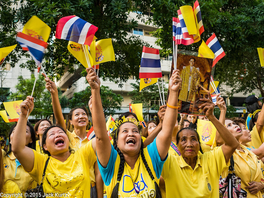 05 DECEMBER 2015 - BANGKOK, THAILAND: People in the plaza at Siriraj Hospital cheer for the King on the 88th birthday of Bhumibol Adulyadej, the King of Thailand. Hundreds of people crowded into the plaza hoping to catch a glimpse of the revered Monarch. The King has lived at Siriraj Hospital off and on for more than four years.     PHOTO BY JACK KURTZ