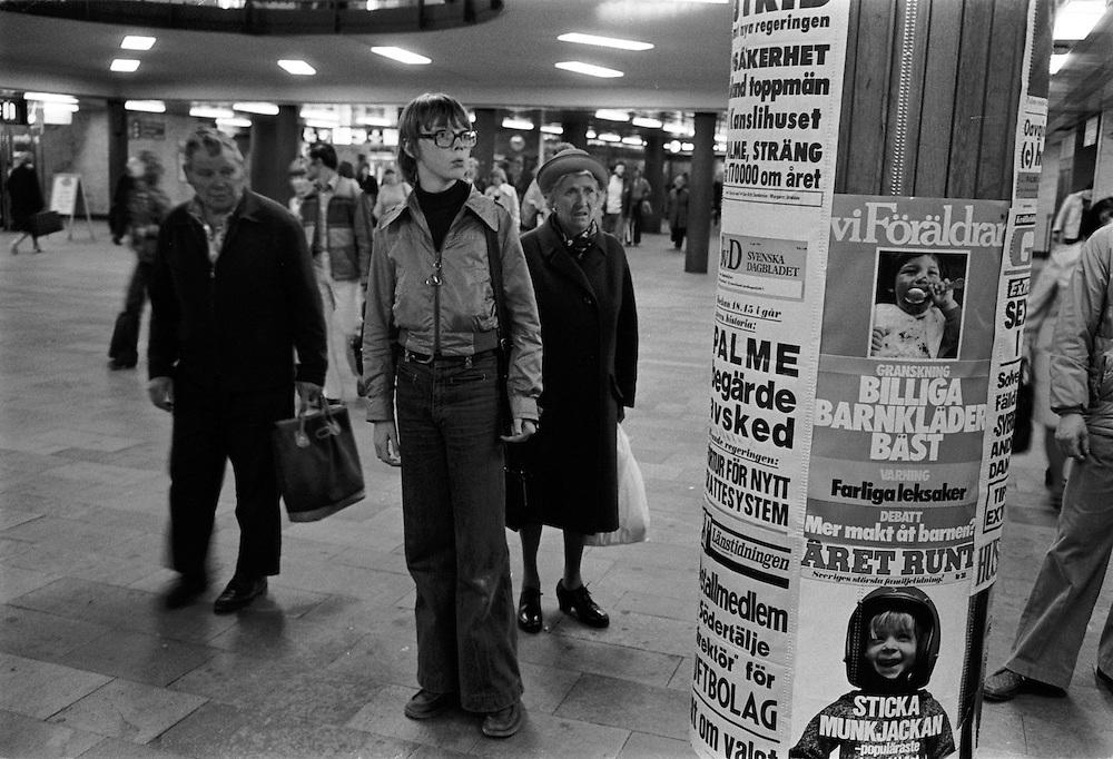 Löpsedlar på Centralstationen efter det socialdemokratiska valnederlaget 1976. Torbjörn Fälldin har fått uppdrag att bilda regering och Olof Palmes regering har begärt avsked.