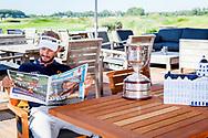 12-09-2016 Joost Luiiten, de dag na het KLM Open 2016, gespeeld van 8 t/m 11 september 2016, leest de kranten op The Dutch in Spijk