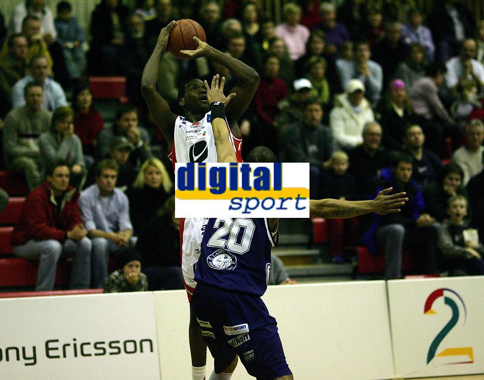 Basketball<br /> Sluttspill BLNO 2<br /> Kongsberg Penguins v Ulriken Eagles<br /> 19. januar 2005<br /> Foto: Magne J. Nilsen, Digitalsport<br /> Antonio Burks, Ulriken, og Thor Hagen, Kongsberg