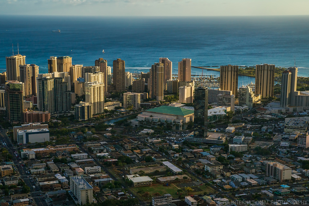Waikiki District featuring Hawaii Convention Centre (center)