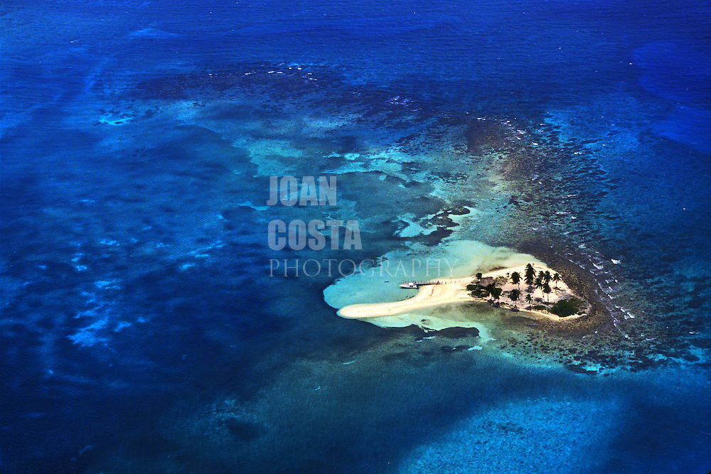 BELIZE/ Aereal view of the cayes...© JOAN COSTA