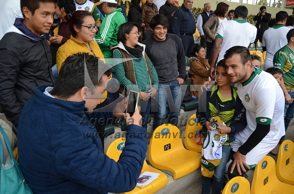Toluca, México ( Octubre 27, 2016).- En el marco del día del abonado, decenas de aficionados que adquirieon su abono potro tuvieron una convivencia con los jugadores de Potros F.C donde firmaron sus jersey y se tomaron la foto del recuerdo. Agencia MVT / Arturo Hernández.