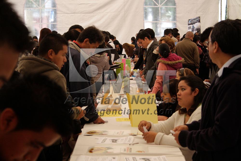 Toluca, México.- Miles de jóvenes se dieron cita en la Segunda Feria del Empleo 2012 para Jóvenes  en donde 100 empresas ofertaron sus vacantes. Agencia MVT / Arturo Hernández S.