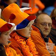 NLD/Heerenveen/20060122 - WK Sprint 2006, 2de 1000 meter dames, publiek, toeschouwer, oranje, gekte, feest, hoed, pet, versiering, supporter