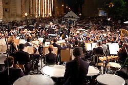 Com capas de chuva, sombrinhas e cadeiras sobre as cabeças, centenas de pessoas encararam a chuvarada que desabou ontem à noite em Porto Alegre para acompanhar o Natal na Praça, celebrado no coração de Porto Alegre. Por volta das 21h30min, nem o Papai Noel resistiu, e o tradicional evento na Praça da Matriz teve de ser encerrado mais cedo. Assim que o sol se pôs e a noite exaltou a decoração iluminada do Palácio Piratini, pingos grossos começaram a cair do céu. Enquanto isso, o bom velhinho distribuía beijos, abraços e tocava gaita de boca em frente ao palco montado na Rua Duque de Caxias, onde a Orquestra Sinfônica de Porto Alegre (Ospa) afinava os instrumentos. Os espectadores não se importaram com a mudança climática. FOTO: MARCOS NAGELSTEIN