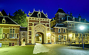 Avondopname van Het Binnenhof in het centrum van de Nederlandse politiek in het centrum van Den Haag - Het Binnenhof with a fountain in The Hague by night. The Binnenhof is the center of Dutch politics. It houses the meeting place of both houses of the States General of the Netherlands, as well as the Ministry of General Affairs and the office of the Prime Minister of the Netherlands, The Hague, The Netherland