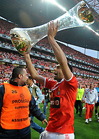20100509: LISBON, PORTUGAL - SL Benfica vs Rio Ave: Portuguese League 2009/2010, 30th round. In picture:  Carlos Martins celebrating with the trophy. PHOTO: Alvaro Isidoro/CITYFILES