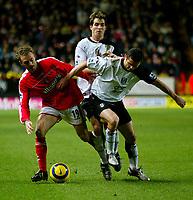 Fotball<br /> Premier League England 2004/2005<br /> Foto: BPI/Digitalsport<br /> NORWAY ONLY<br /> <br /> Charlton Athletic v Fulham <br /> FA Barclays Premiership<br /> 20/12/2004<br /> <br /> Dennis Rommedahl of Charlton (L) takes on Tomasz Radzinski and Carlos Bocanegra
