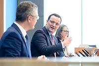 12 FEB 2021, BERLIN/GERMANY:<br /> Prof. Dr. Lothar H. Wieler (L), Präsident Robert Koch-Institut (RKI), Jens Spahn (R), CDU, Bundesgesundheitsminister, Pressekonferenz zur Corona-Lage im Lockdown, Bundespressekonferenz<br /> IMAGE: 20210212-01-022<br /> KEYWORDS: Corvid-19