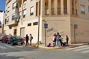 Spanje, El Ejido, 6-11-2019Straatbeeld uit El Ejido . In dit deel van Andalucie worden veel groente en fruit verbouwd die hun weg vinden via de export naar o.a. Nederland . Het wordt de zee van plastic genoemd.  Komende week zijn er algemene verkiezingen in Spanje en de populistische partij Vox heeft hier een grote aanhang. In de kassen werken voornamelijk migranten uit Afrika, en arbeidsmigranten uit Oost-Europa die een laag loon uitbetaald krijgen, tussen de 30 en 40 euro per 8 urige dag, werkdag, afhankelijk van de werkgever. Er wordt door de kaseigenaren en transportbedrijven goed verdiend maar de boeren vinden dat ze teveel negatieve aandacht krijgen in de media in noord-europa.Foto: Flip Franssen