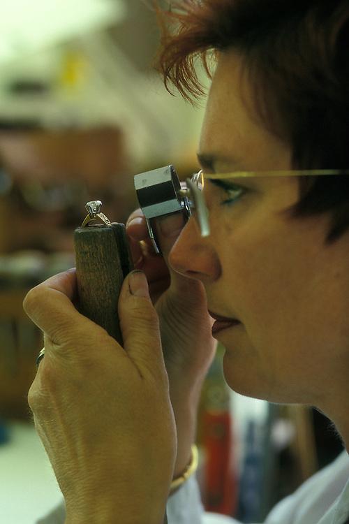 Holanda. Amsterdam..Mujer observando un diamante en Stoeltie Diamonds, tienda de diamantes..© JOAN COSTA...