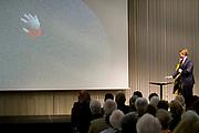 Koning Willem-Alexander bij de opening van de tentoonstelling 'Seurat. Meester van het pointillisme' in het Kroller-Muller Museum. <br /> <br /> King Willem-Alexander at the opening of the exhibition 'Seurat. Master of Pointillism 'in the Kröller-Müller Museum.<br /> <br /> Op de foto / On the photo:  Koning Willem-Alexander en directeur van het Kroller-Muller Museum Lisette Pelsers verrichten de openingshandeling van de tentoonstelling door zijn hand op het scherm te projecteren.<br /> <br /> King Willem-Alexander and director of the Kröller-Müller Museum Lisette Pelsers perform to project. Opening act of the exhibition by his hand on the screen
