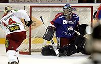 Ishockey<br /> GET-Ligaen<br /> 18.09.07<br /> Jordal Amfi<br /> Vålerenga VIF - Frisk Asker Tigers<br /> Cameron Abbott scorer til 2-4 på VIFs keeper Scott Stirling<br /> Foto - Kasper Wikestad