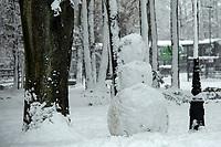 Bialystok, 26.01.2017. Po całodobowych obfitych opadach sniegu miasto zostalo przykryte 30 cm warstwa bialego puchu. Szczegolnie uroczo wygladaly miejskie parki N/z balwan sniegowy w Parku Zwierzynieckim fot Michal Kosc / AGENCJA WSCHOD