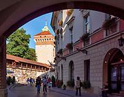 Kraków 2019-09-11. Ulica Pijarska. Stare mury obronne Krakowa i Brama Floriańska