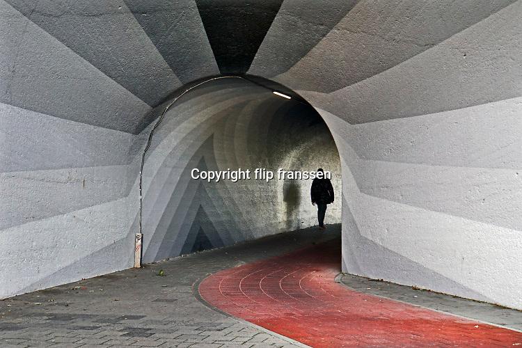 Nederland, Nijmegen, 6-10-2020  Straatbeelden van deze stad in Gelderland . Onder de Hezelpoort.Foto; ANP/ Hollandse Hoogte/ Flip Franssen