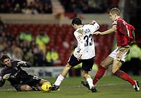 Fotball<br /> Championship England 2004/05<br /> Nottingham Forest v Sunderland<br /> 28. desember 2004<br /> Foto: Digitalsport<br /> NORWAY ONLY<br /> Sunderlands Julio Arca looks to put a shot past goal keeper Paul Gerrard