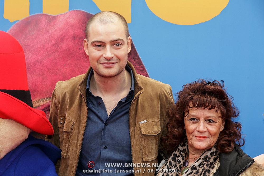 NLD/Amsterdam/20150208 - Filmpremiere  Paddington , Lange Frans met zijn moeder