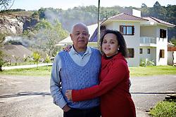 José Inácio da Silva, 65 proprietário da pedreira e a filha Camila são contra as ideias da associação de quilombolas de Morro Alto, no municipio de Maquine, no interior do Rio Grande do Sul. FOTO: Jefferson Bernardes / Preview.com
