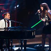 NLD/Hilversum/20121214 - Finale The Voice of Holland 2012, optreden Floortje Smit en Roel van Velzen achter de piano