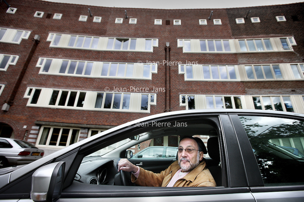 """Nederland, Amsterdam , 4 mei 2011..De Joodse Samu de Leeuw ging gisteren langs adressen in de Transvaalbuurt, de Pijp en het Centrum waarvandaan zijn familie in de oorlog is weggevoerd..Een persoonlijke tocht langs """"Joodse huizen"""", een initiatief van het 4 en 5 mei comité..Samu de Leeuw die tijdens de oorlog als Joods jongetje was ondergedoken. .Op de foto Samu voor het pand in de Landbouwstraat nr 41 in Betondorp..Foto:Jean-Pierre Jans"""