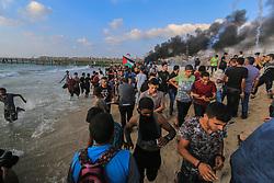 October 8, 2018 - Beit Lahiya, The Gaza Strip, Palestine - Dozens of Gazans, northern the Gaza strip at the beach of Beit Lahiya, protest against the Gaza strip blockade. (Credit Image: © Mahmoud Khattab/Quds Net News via ZUMA Wire)