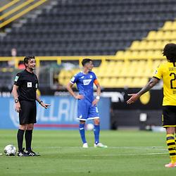 Referee Guido Winkmann spricht mit Axel Witsel (Borussia Dortmund, #28); 1. Fussball-Bundesliga; Borussia Dortmund - TSG Hoffenheim am 27.06.2020 im Signal-Iduna-Park in Dormund (Nordrhein-Westfalen). <br /> <br /> FOTO: BEAUTIFUL SPORTS/WUNDERL/POOL/PIX-Sportfotos<br /> <br /> DFL REGULATIONS PROHIBIT ANY USE OF PHOTOGRAPHS AS IMAGE SEQUENCES AND/OR QUASI-VIDEO. <br /> <br /> EDITORIAL USE OLNY.<br /> National and<br /> international NewsAgencies OUT.<br /> <br /> <br /> <br /> Foto © PIX-Sportfotos *** Foto ist honorarpflichtig! *** Auf Anfrage in hoeherer Qualitaet/Aufloesung. Belegexemplar erbeten. Veroeffentlichung ausschliesslich fuer journalistisch-publizistische Zwecke. For editorial use only. DFL regulations prohibit any use of photographs as image sequences and/or quasi-video.