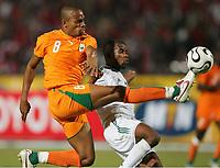 v.l. Bonaventure Kalou, Eswae Abdesalem Khames Lybien<br /> Africa Cup 2006 Libyen - Elfenbeinkueste<br /> Elfenbenskysten - Libya<br /> Norway only