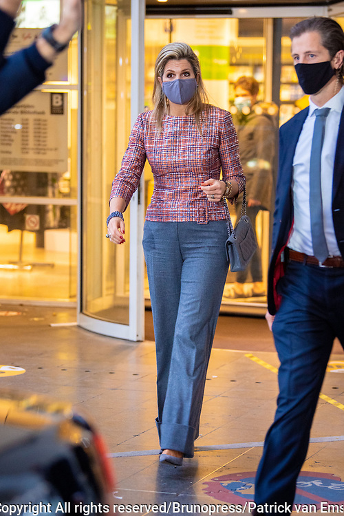 DEN HAAG, 2-12-2020, Centrale Bibliotheek<br /> <br /> Koningin Maxima opent in Den Haag het Nationaal Jaar Vrijwillige Inzet 2021. Onder de naam Mensen maken Nederland vragen vrijwilligersorganisaties landelijk meer aandacht voor de verbindende waarde van vrijwilligerswerk. Koningin Máxima verricht de openingshandeling van het Nationaal Jaar Vrijwillige Inzet 2021 tijdens een talkshow waarin diverse gasten hun visie geven op vrijwilligerswerk en over hun ervaringen vertellen. <br /> <br /> Queen Maxima opens the National Year of Voluntary Deployment 2021 in The Hague. Under the name People make the Netherlands, voluntary organizations are demanding national attention for the connecting value of voluntary work. Queen Máxima will perform the opening act of the National Year of Voluntary Deployment 2021 during a talk show in which various guests give their vision on volunteering and tell about their experiences.