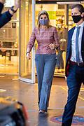 DEN HAAG, 2-12-2020, Centrale Bibliotheek<br /> <br /> Koningin Maxima opent in Den Haag het Nationaal Jaar Vrijwillige Inzet 2021. Onder de naam Mensen maken Nederland vragen vrijwilligersorganisaties landelijk meer aandacht voor de verbindende waarde van vrijwilligerswerk. Koningin Máxima verricht de openingshandeling van het Nationaal Jaar Vrijwillige Inzet 2021 tijdens een talkshow waarin diverse gasten hun visie geven op vrijwilligerswerk en over hun ervaringen vertellen. <br /> <br /> Queen Maxima opens the National Year of Voluntary Deployment 2021 in The Hague. Under the name People make the Netherlands, voluntary organizations are demanding national attention for the connecting value of voluntary work. Queen Máxima will perform the opening act of the National Year of Voluntary Deployment 2021 during a talk show in which various guests give their vision on volunteering and tell about their experiences.