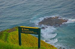 Apesar de belo, Cape Reinga também apresenta perigos para os aventureiros mais ousados. Placas informam sobre os riscos, próximo a trilhas que levam até bem próximo dos penhascos onde o risco de queda é eminente. FOTO: Lucas Uebel/Preview.com