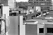Nederland, Nijmegen, 15-10-1988 Serie over 24 uur KUN, katholieke universiteit Nijmegen en sinds 2004 Radboud universiteit, RU, RUN .Beelden mbt wetenschappelijk, universitair,onderwijs en onderzoek . Studenten en studentenleven .De Thomas van Aquinostraat gebouwd in de zeventiger jaren, wordt in 2018 gesloopt en vervangen door nieuwbouw. Campus .Foto: Flip Franssen