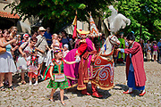 Taniec Lajkonika na dziedzińcu klasztoru Norbertanek na krakowskim Salwatorze, Polska <br /> Lajkonik dance in the courtyard of the Norbertian Monastery at Salvator, Cracow, Poland