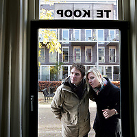 Nederland, Amsterdam , 1 december 2009..Startende kopers op de huizenmarkt bekijken een woning..First-timer buyers are viewing a house for sale.