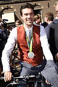 Medaillewinnaars van de Olympische Zomerspelen 2016 vertrekken per fiets van het Binnenhof voor een ontvangst op Paleis Noordeinde. <br /> <br /> op de foto:  Tom Dumoulin, zilver bij wielrennen tijdens de olympische tijdrit